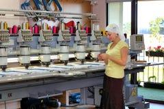 Operatore femminile delle macchine automatiche del ricamo fotografia stock