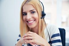 Operatore femminile felice in cuffia avricolare fotografia stock
