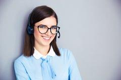 Operatore femminile sorridente con la cuffia avricolare del telefono immagini stock libere da diritti