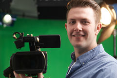 Operatore maschio della macchina fotografica nello studio della televisione fotografia stock