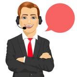 Operatore maschio sorridente felice del telefono del servizio clienti con le armi piegate ed il fumetto illustrazione di stock