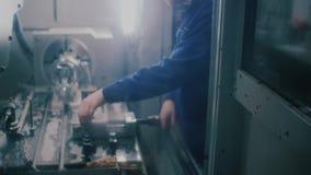 Operatore meccanico del tecnico del centro di macinazione della tagliatrice di CNC allo strumento stock footage