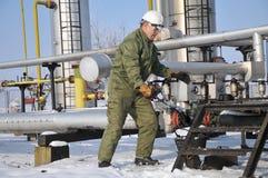 Operatore nell'accumulazione del gas e del petrolio Immagini Stock