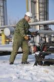 Operatore nell'accumulazione del gas e del petrolio Fotografia Stock Libera da Diritti