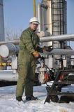 Operatore nell'accumulazione del gas e del petrolio Fotografie Stock Libere da Diritti