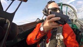 Operatore nella cabina di pilotaggio di un jet archivi video