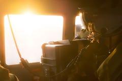 Operatore pilota del bordo con il casco ed il cablaggio di comunicazione Fotografie Stock