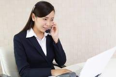 Operatore sorridente della call center fotografia stock libera da diritti