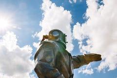 Operatore subacqueo bronzeo sui precedenti del cielo Mosca, Russia Fotografia Stock