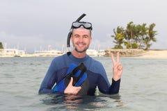 Operatore subacqueo che dà un segno di pace dopo un'immersione fotografia stock