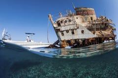 Operatore subacqueo con il relitto Fotografia Stock Libera da Diritti