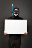 Operatore subacqueo con il tabellone per le affissioni bianco immagini stock libere da diritti