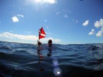 Operatore subacqueo con la bandierina di tuffo fotografia stock
