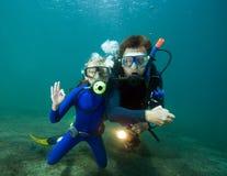 Operatore subacqueo con la ragazza immagini stock libere da diritti