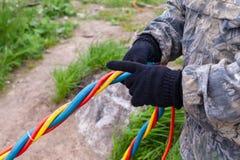 Operatore subacqueo dei tubi flessibili di sostegno vitale nelle mani di un assistente sulla riva fotografia stock libera da diritti
