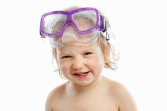 Operatore subacqueo del bambino nella maschera di nuoto con un ritratto felice del primo piano del fronte, su bianco fotografie stock libere da diritti
