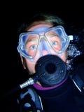 Operatore subacqueo di scuba alla notte fotografie stock