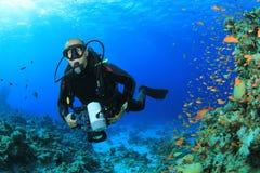Operatore subacqueo di scuba con la macchina fotografica fotografia stock libera da diritti