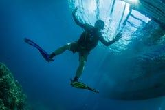 Operatore subacqueo di scuba con le attrezzature per l'immersione fotografia stock libera da diritti