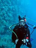 Operatore subacqueo di scuba della giovane donna immagine stock