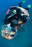 Operatore subacqueo di scuba femminile con capelli che oscurano il suo fronte immagini stock