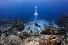 Operatore subacqueo di scuba solo su una missione fotografia stock libera da diritti