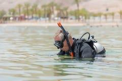 Operatore subacqueo subacqueo nei tuffi dell'attrezzatura di base nel mare Lezioni di immersione subacquea subacquea Sport acquat fotografia stock
