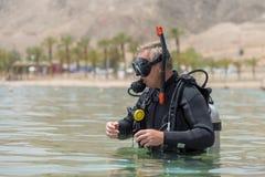 Operatore subacqueo subacqueo nei tuffi dell'attrezzatura di base prima di immersione in profondità Lezioni di immersione subacqu immagini stock libere da diritti