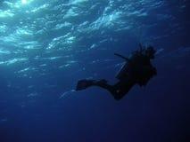 Operatore subacqueo nell'azzurro profondo Immagini Stock Libere da Diritti