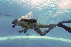 Operatore subacqueo nella piscina, scuba Dive Swimming Pool Immagini Stock