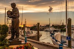 Operatore subacqueo Sculpture della spugna al tramonto in Tarpon Springs fotografie stock libere da diritti