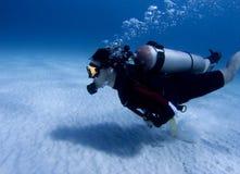 Operatore subacqueo sopra la parte inferiore sabbiosa bianca Fotografia Stock
