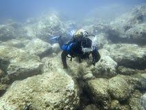 Operatore subacqueo subacqueo in mondo subacqueo immagine stock