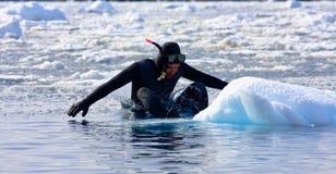 Operatore subacqueo sul ghiaccio Fotografie Stock Libere da Diritti
