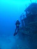 Operatore subacqueo vicino al naufragio Fotografie Stock Libere da Diritti