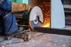 Operatori che tagliano metallo tagliando ruota Fotografia Stock