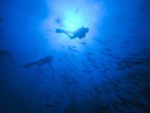 Operatori subacquei all'azzurro profondo Fotografia Stock