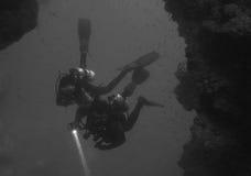 Operatori subacquei che entrano nella caverna della cattedrale all'isola di Pescador (Moalboal - Cebu - Filippine) Immagini Stock