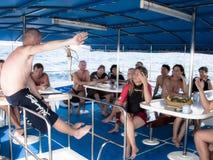 Operatori subacquei di istruzione dell'istruttore di tuffo prima di un tuffo Immagini Stock