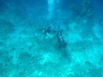 Operatori subacquei sul fondo del mare Immagini Stock