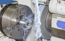 Operatorzy mleje foremkę i kostka do gry rozdzielają ogólnoludzką grining maszyną fotografia royalty free