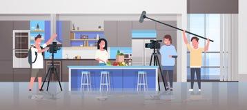 Operatorzy używa kamera wideo blogger magnetofonowej karmowej kobiety przygotowywa smakowitych naczyń videographers używać pr royalty ilustracja