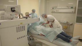 Operazione del laser a eccimeri nella clinica di oftalmologia video d archivio