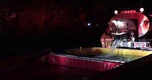Operazione della navetta dell'acqua del corpo dei vigili del fuoco stock footage