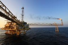 Operazione della registrazione dell'operatore del processo del gas e del petrolio ad olio e pianta dell'impianto di perforazione, Immagine Stock Libera da Diritti