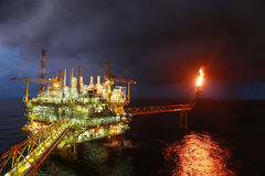 Operazione della registrazione dell'operatore del processo del gas e del petrolio ad olio e pianta dell'impianto di perforazione, Fotografie Stock