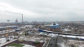 Operazione di salvataggio del tiro di Quadrocopter di emercom sul tetto Dell'uomo elicottero giù fuori stock footage