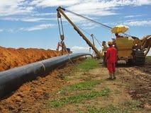 Operazione di stenditura di tubo alla costruzione del gasdotto fotografia stock