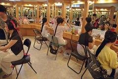 Operenschauspielerin-Anstrichgesicht an der Bühne hinter dem Vorhang Lizenzfreie Stockbilder