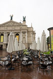 Operentheater und -kaffee vor ihm. Lviv Lizenzfreie Stockfotos